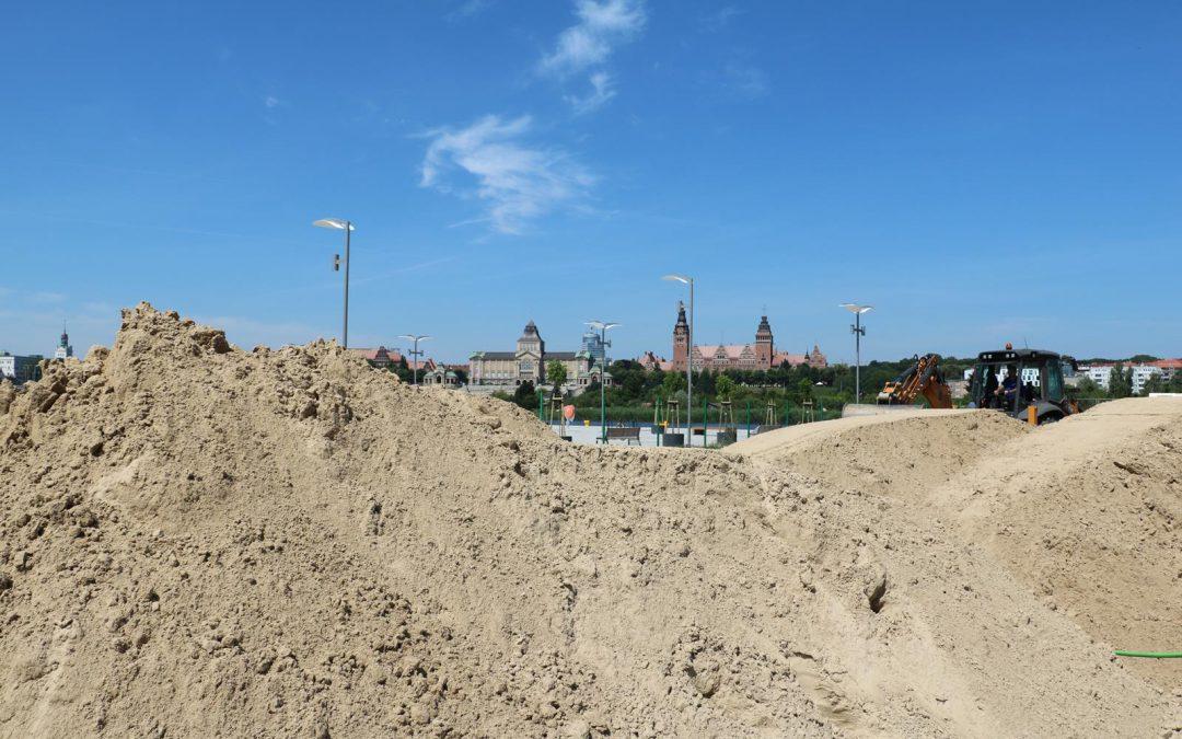 Hałdy piachu wysypane na Łasztowni